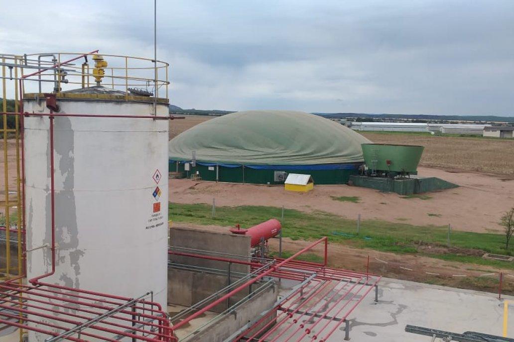 La escena rural del año: la fábrica de etanol al frente y atrás la de biogás.