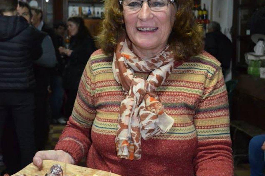 Olga preserva la tradición y cuenta a los viandantes misceláneas del lugar.
