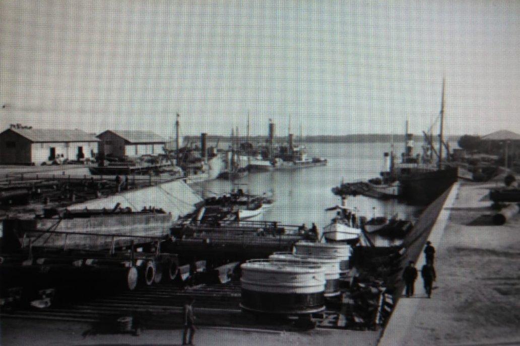 Añeja postal del dique del puerto de Paraná en tiempos que el trabajo ardía.