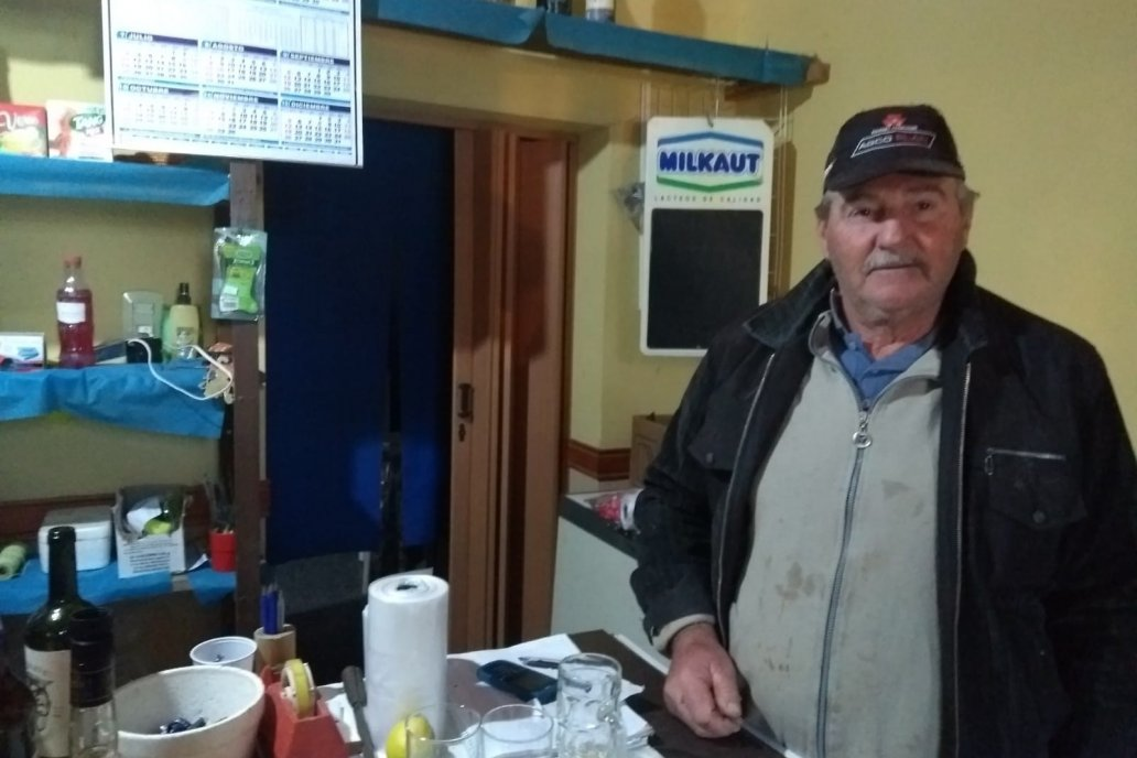Topy atiende uno de los despachos de bebidas que resisten a ser pasado.
